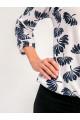 1071-2 - Блузка из хлопкового полотна с рукавом 3/4. Низ блузки и рукава собраны на резинку. Горловина обтачана бейкой с фигурным вырезом на полочке.