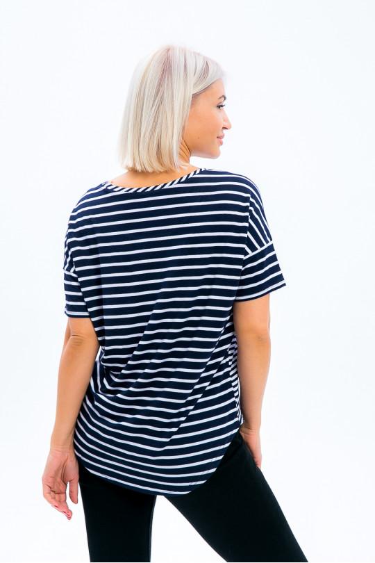 1971 - Эффектная блузка из вискозного полотна с  разным рисунком. Спинка переходит на полочку, создавая видимость кокетки. Рукав в виде притачной манжеты. Низ разноуровневый, скруглен.