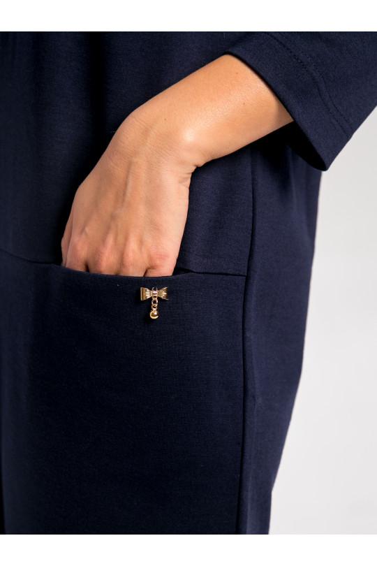2013-1 - Платье  свободного силуэта, слегка зауженного книзу. По центру полочки проложен широкий декоративный шов. В горизонтальном разрезе полочки выполнены карманы, украшенные металическим бантиком.