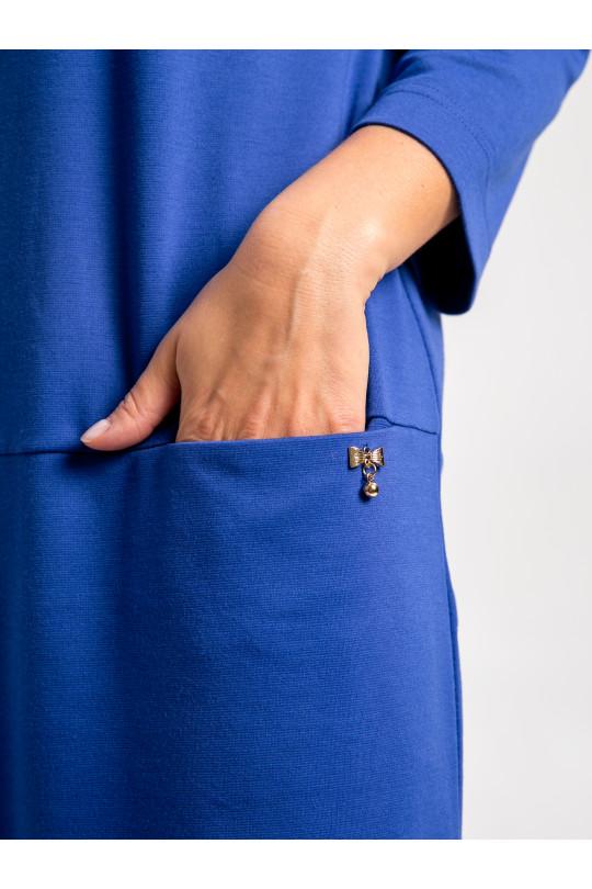 2013-3 - Платье  свободного силуэта, слегка зауженного книзу. По центру полочки проложен широкий декоративный шов. В горизонтальном разрезе полочки выполнены карманы, украшенные металлическим бантиком.
