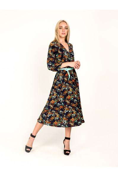2062-1 - В этом платье из струящегося полотна с красивой  набивкой можно отправляться куда угодно: на работу, в гости, в театр. Красивый вырез-запах, зафиксированный строчкой, рукав 3/4