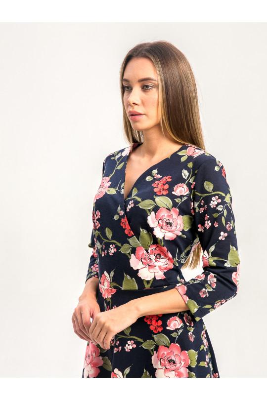 2072-1 - Платье за колено с расклешенной юбкой и запахом на груди выглядит довольно легким и изящным, хотя выполнено из полотна средней плотности.