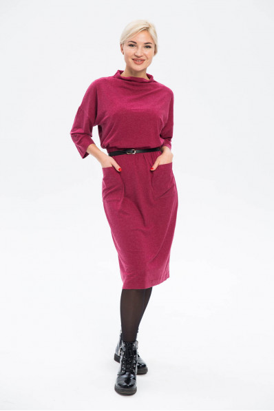 28101-3 - Отличное платье из трикотажного полотна длиной за колено. Цельнокроеный воротник-стойка и свободный крой рукава обеспечат непревзойденный комфорт