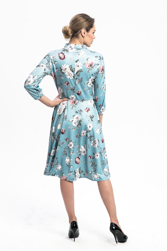 29112 - Романтическое платье с расклешенной юбкой длиной за колено.Воротник-стойка завязывается на бархатную ленту. Свободный рукав длиной 3/4 посажен на манжету, по талии резинка, фиксирующая посадку изделия на фигуре.