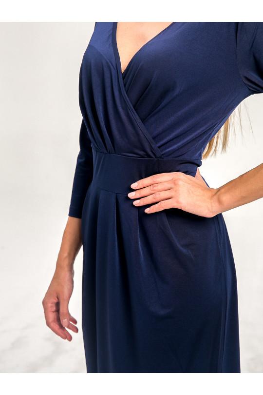 29121 - Элегантное платье с врезным поясом и рукавом 3/4 выполнено из пластичного полотна  благородного темносинего цвета.   Перед оформлен в виде запаха с крупными косыми складками на полочке и юбке.