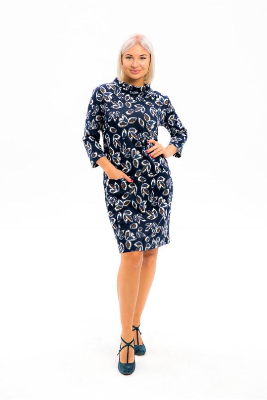 2981-1 - Платье из набивного полотна прямого силуэта со свободным рукавом 3/4 длиной чуть выше колена. Воротник выполнен в виде отворачивающейся стойки, в поперечных швах карманы. По спинке проложена декоративная тесьма в виде молнии.
