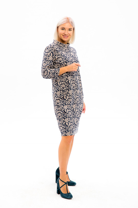 2981-2 - Платье из набивного полотна прямого силуэта со свободным рукавом 3/4 длиной чуть выше колена. Воротник выполнен в виде отворачивающейся стойки, в поперечных швах карманы. По спинке проложена декоративная тесьма в виде молнии.