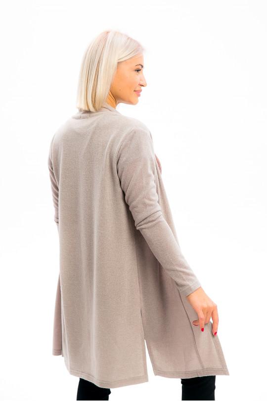 38101-4 - Элегантный жакет-кардиган длиной до колена выполнен из красивого вязаного полотна.Притачная широкая планка образует воротник, приятно облегающий шею, в боковых швах разрезы.