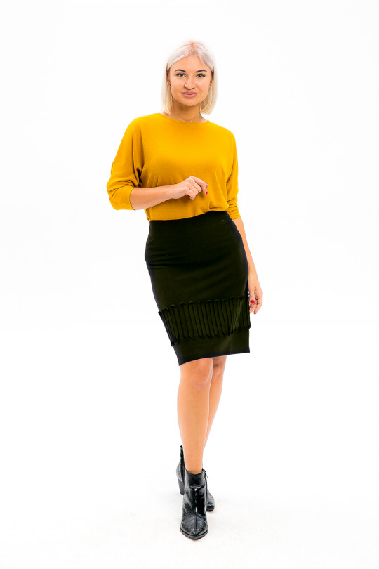5231 - Прямая юбка на подкладке длиной до колена. По низу широкая притачная декоративная тесьма. На спинке молния.