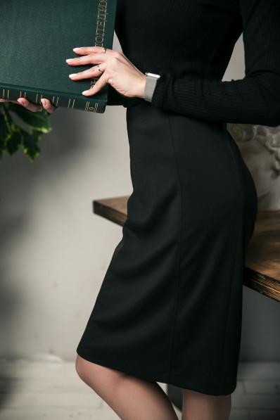 59111 - Стильная элегантная юбка на подкладке с прекрасной посадкой выполнена из плотного формоустойчивого полотна. Заужена книзу, длиной за колено. По переду декоративные рельефы, на спинке шлица.