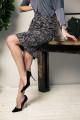 59112 - Стильная элегантная юбка на подкладке с прекрасной посадкой выполнена из плотного формоустойчивого полотна. Заужена книзу, длиной за колено. По переду декоративные рельефы, на спинке шлица.