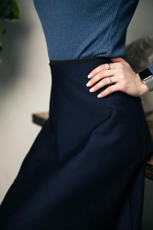 59115-1 - Расклешенная юбка длиной до середины икры выполнена из полотна средней плотности. По талии резиновая тесьма.