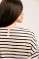 6012 - Джемпер в полоску свободного прямого силуэта с длинным рукавом выполнен из плотного хлопкового полотна. На спинке притачана цветная тесьма, в боковых швах разрезы.