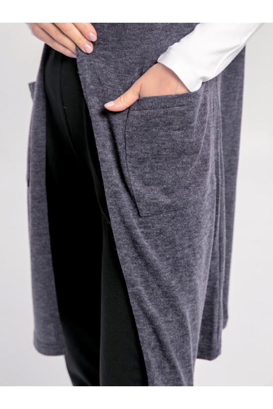 79101-3 - Такой жилет можно носить с чем угодно и куда угодно: удлиненный прямой силуэт придает стройность, горловина спинки завышена, что придает ощущение тепла, а наличие карманов делает его необыкновенно удобным.