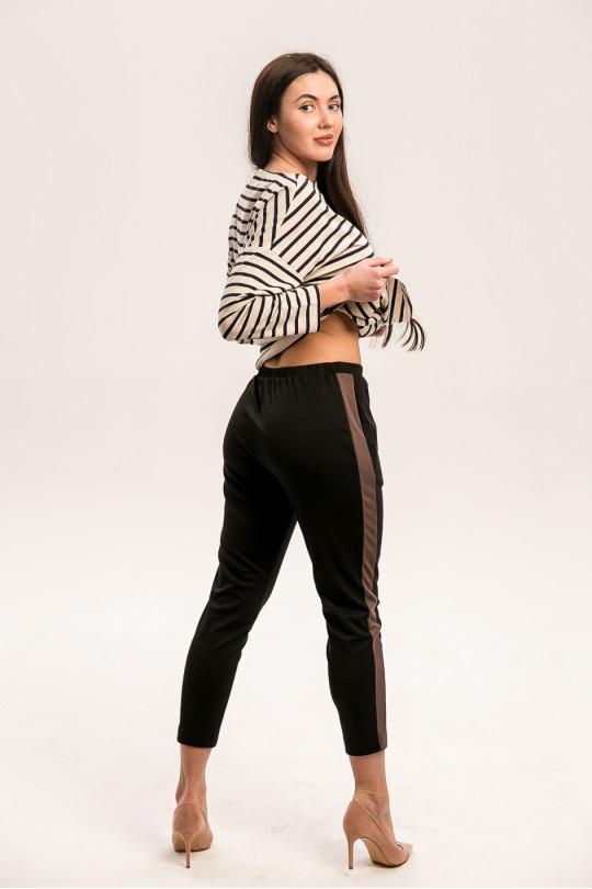 8011-1 - Укороченные брюки из  трикотажного полотна средней плотности с карманами в боковых швах. Притачной пояс на резинке. По боку вставки лампасы другого цвета.