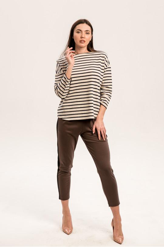 8011-2 - Укороченные брюки из  трикотажного полотна средней плотности с карманами в боковых швах. Притачной пояс на резинке. По боку вставки лампасы другого цвета.